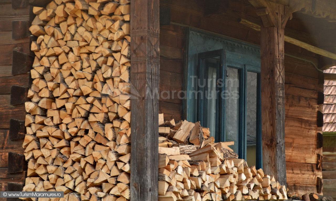 37_Satra-cu-lemne-pentru-foc
