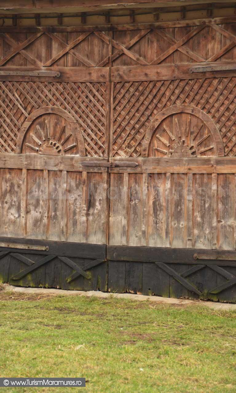 Poarta sura Surdesti Maramures cu simbol solar