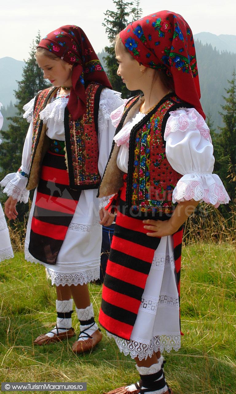 13_Hora-la-Prislop-Maramures_Costume-populare-din-Borsa