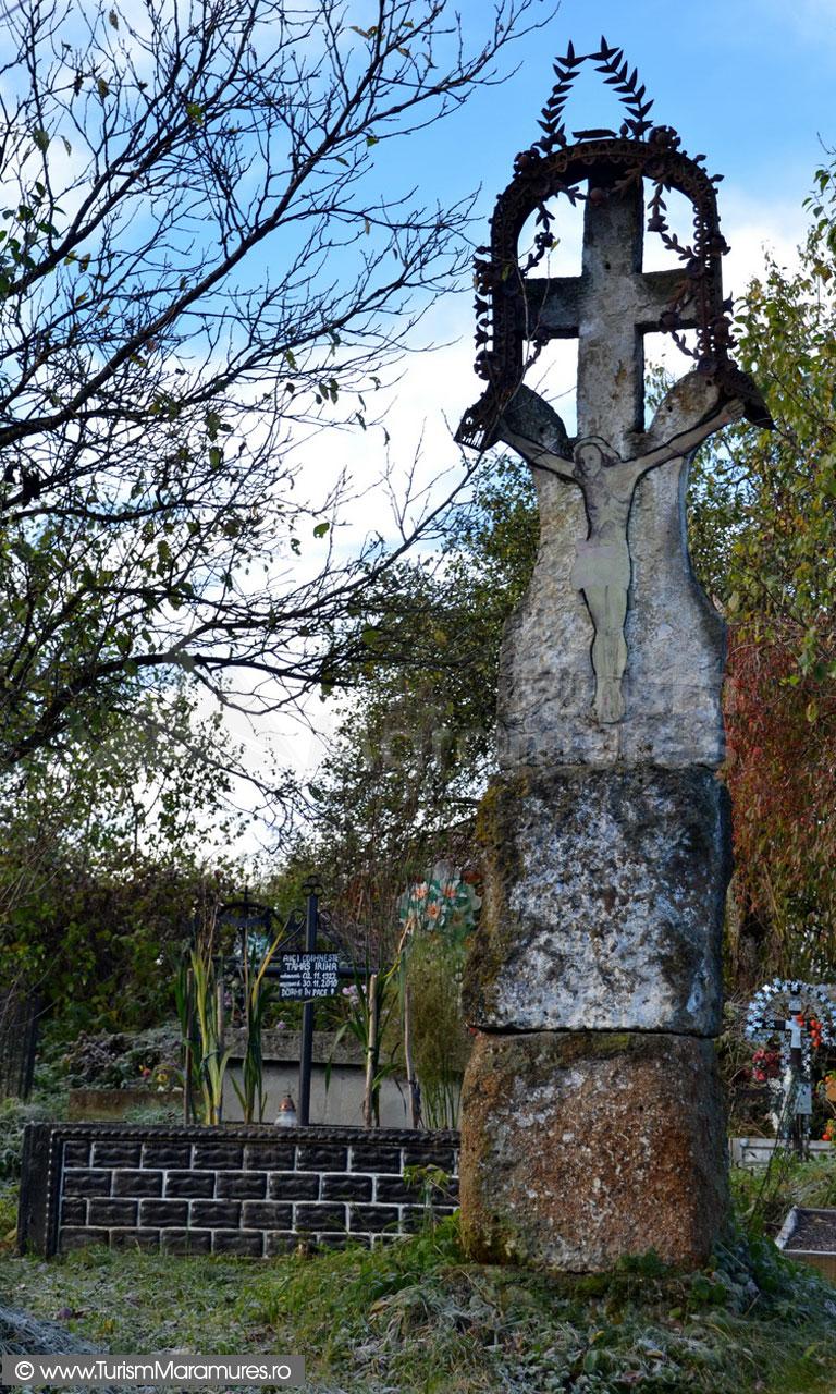 09_Cruce-de-piatra-la-Biserica-monument-istoric-Sfantul-Nicolae-Budesti-Susani-Maramures