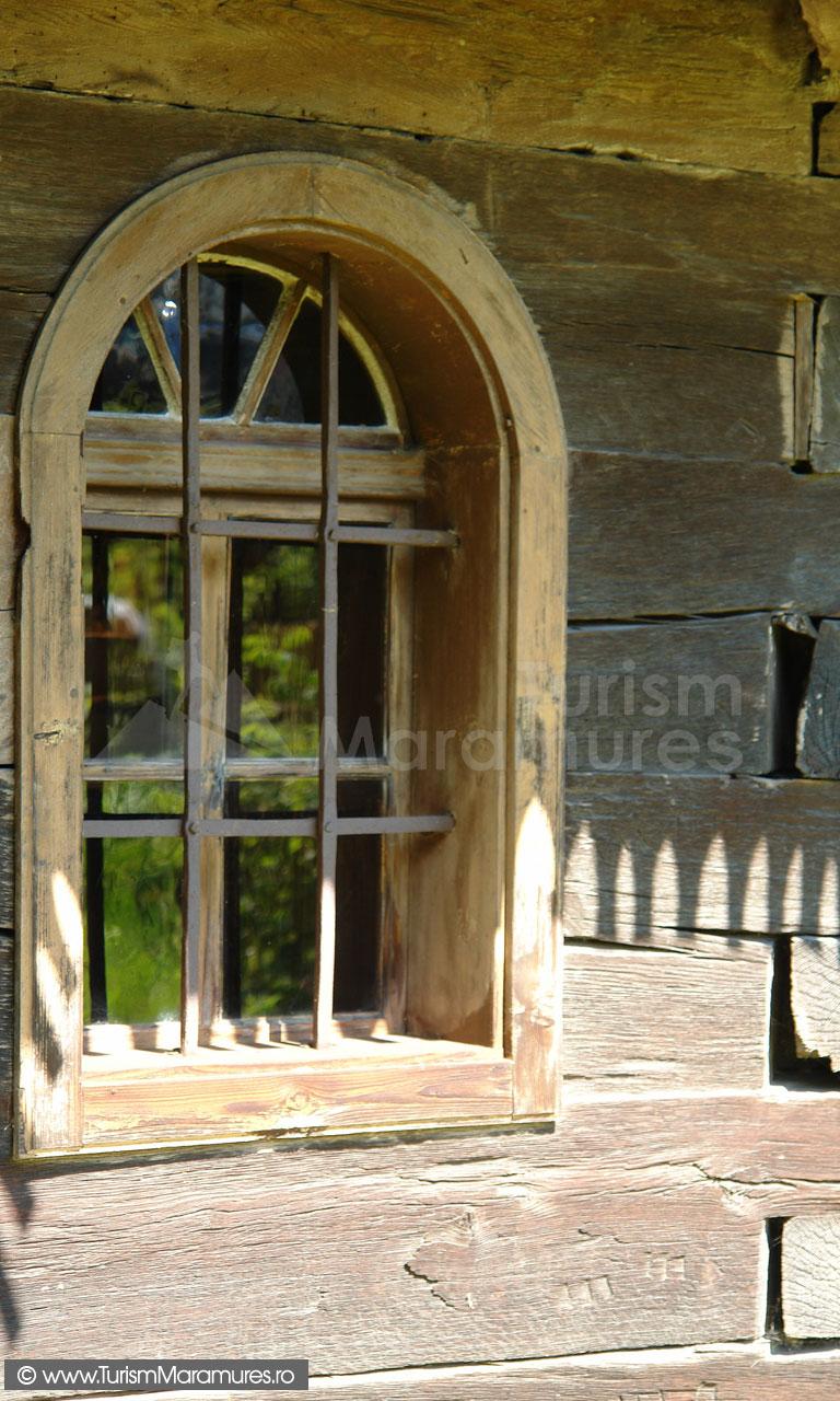 45_Fereastra-bisericii-Hoteni