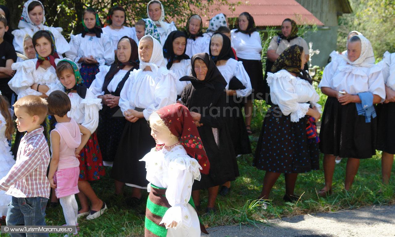 54_La-biserica-in-Hoteni