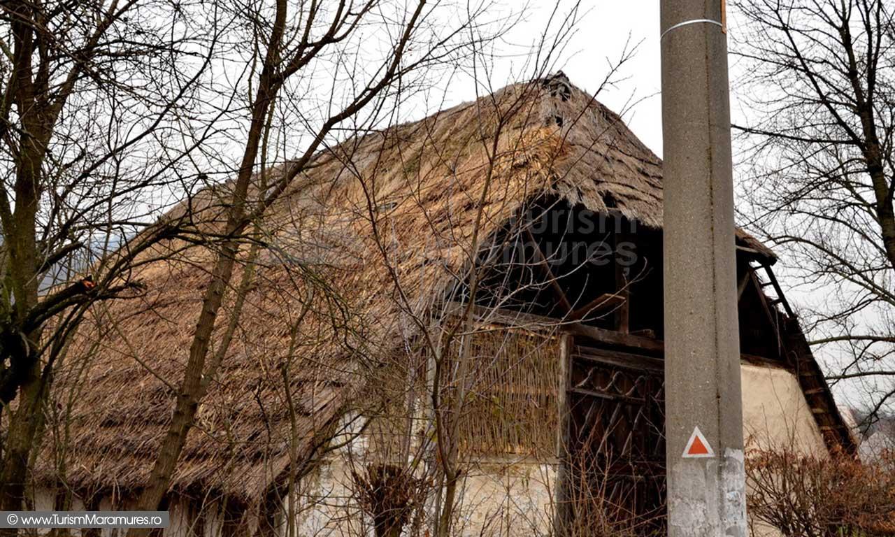 Dealul Florilor_Muzeul Etnografic_marcaj triunghi rosu
