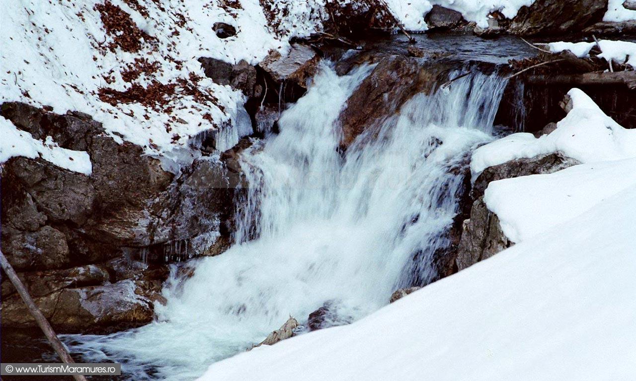 12-Cascada-pe-valea-Repedea-superioara-Turism-Maramures