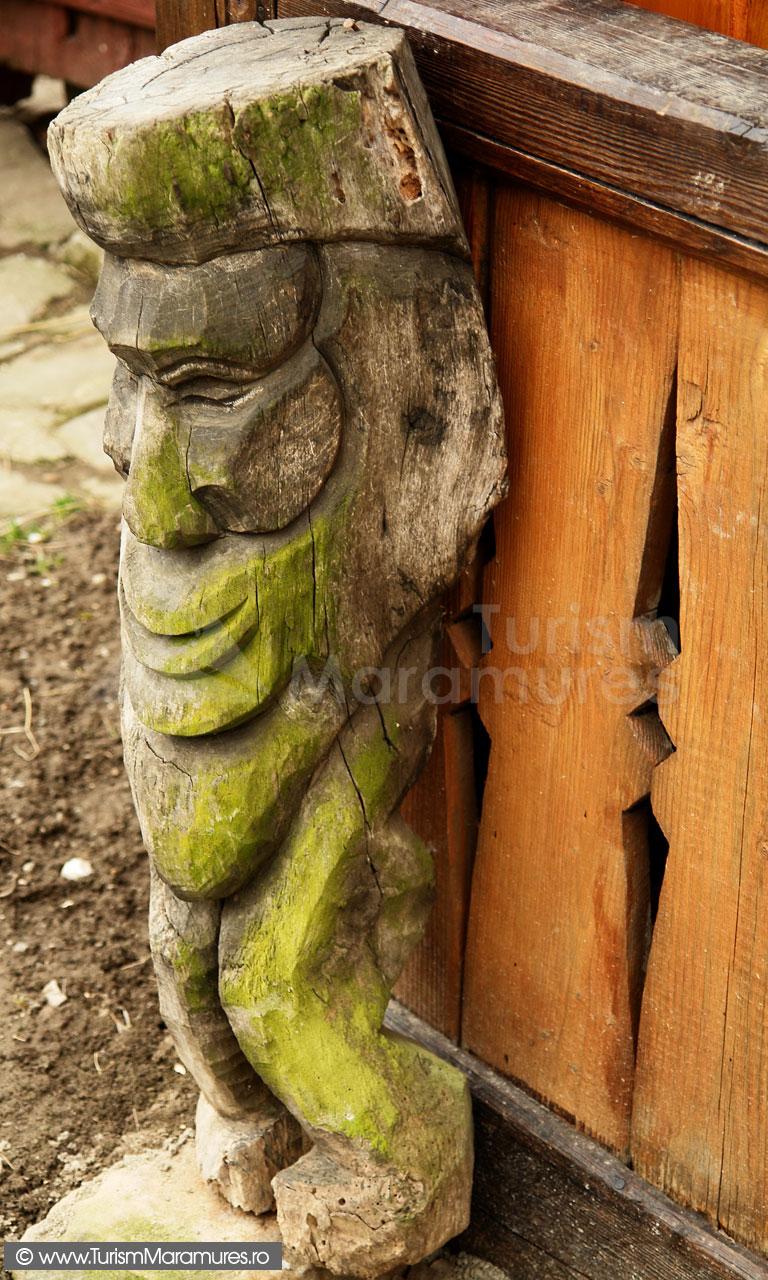 03_Muzeul-Pipas-Maramures_protector al casei