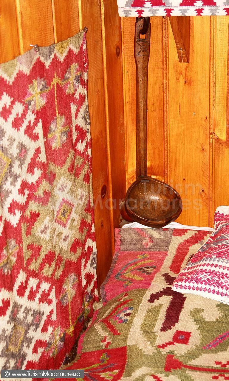 07_Muzeul-Pipas-Maramures_Colt-rustic-cu-carpete-vopsite-cu-pigmenti-vegetali