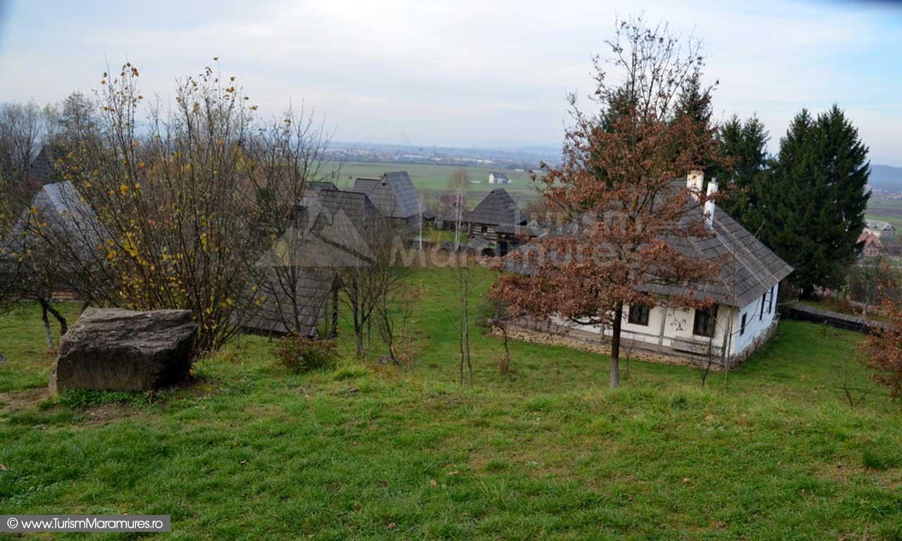 39-Muzeul-Satului-Maramuresan-la-V-NV-de-biserica-in-fundal-orasul-Sighetu-Marmatiei