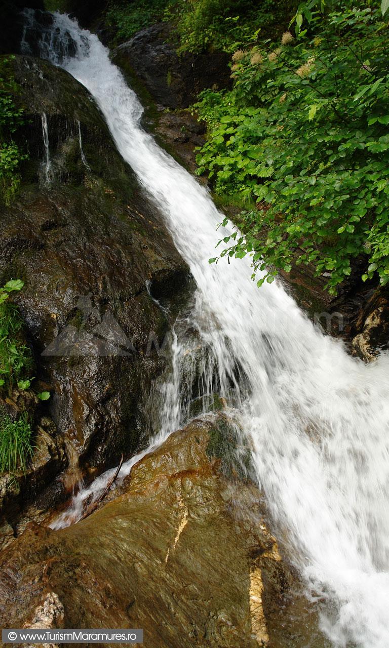 08_Cascada-pe-valea-Cimpoiasa