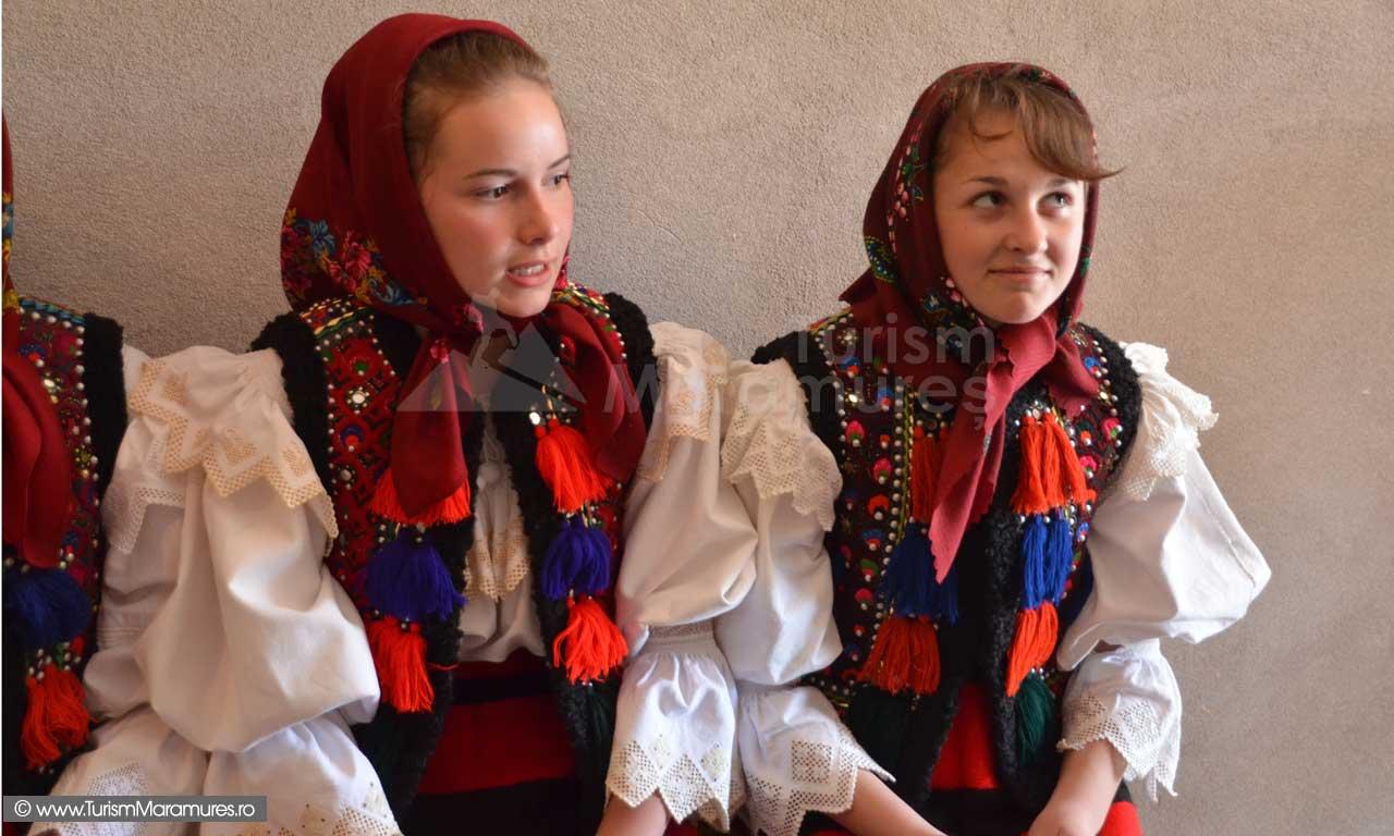 0258_Fete-din-Hoteni-Maramures