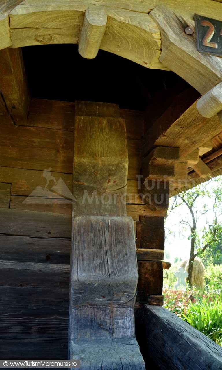 30_Scara-dintr-un-lemn-a-clopotnitei-Biserica-Sfantul-Ilie-Cupseni