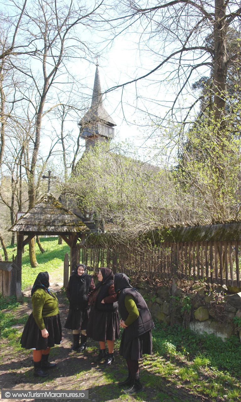 41_In-poarta-bisericii-monument-istoric-Breb-Maramures