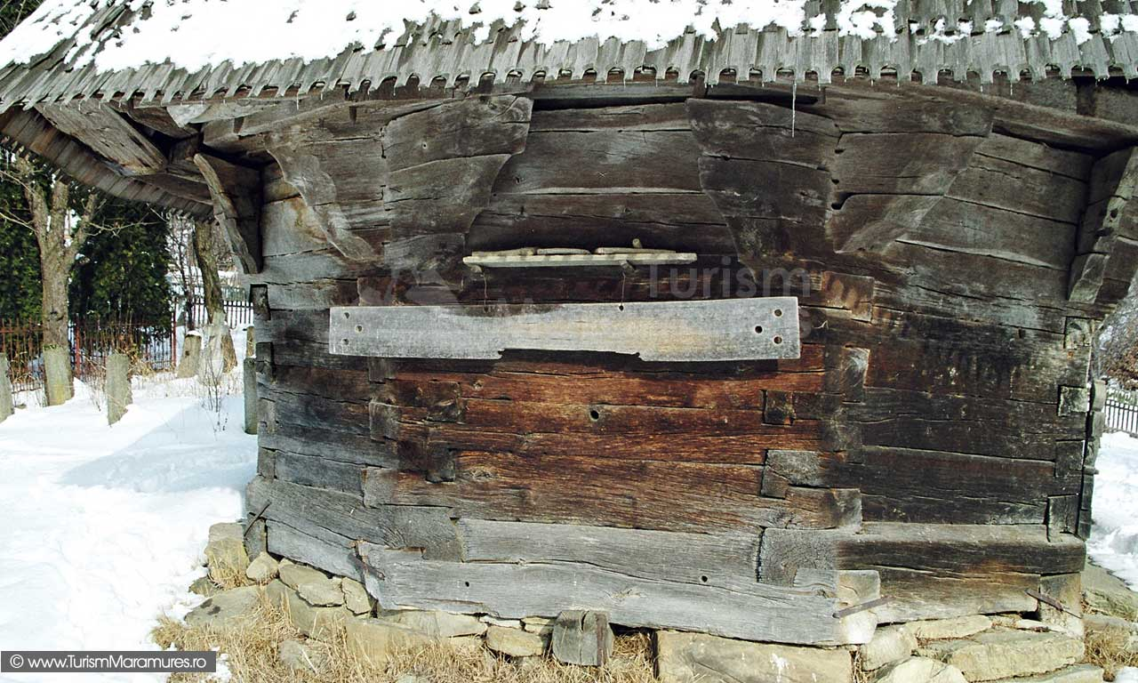 Biserica-lemn-Sfintii-Arhangheli-Mihail-si-Gavril-Vima-Mica-Maramures_04