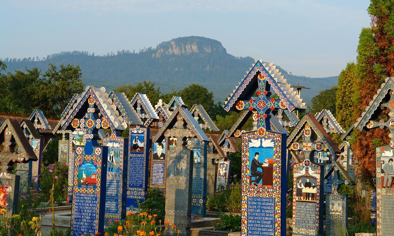 Cimitirul Vesel Sapanta, in fundal Creasta Cocosului - Turism Maramures