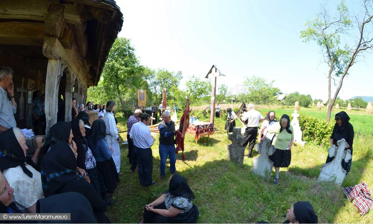 Scoaterea praporilor din biserica, Mosii de Vara, Cupseni, Maramures
