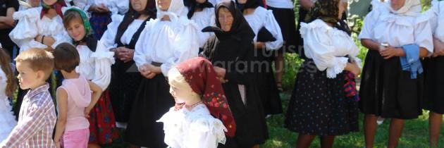 La Hoteni, tinovul cu tăuri și Tabăra Anuală de Arte de la Biserica Sfinții Arhangheli Mihail şi Gavril