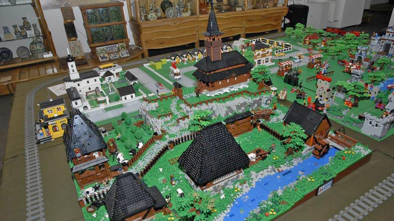 Sat tradițional din Maramureș din piese Lego