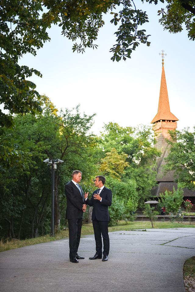 Klaus Iohannis și Emmanuel Macron, Biserica de lemn Dragomirești